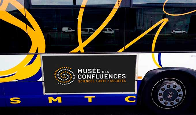 Affiche publicitaire pour bus